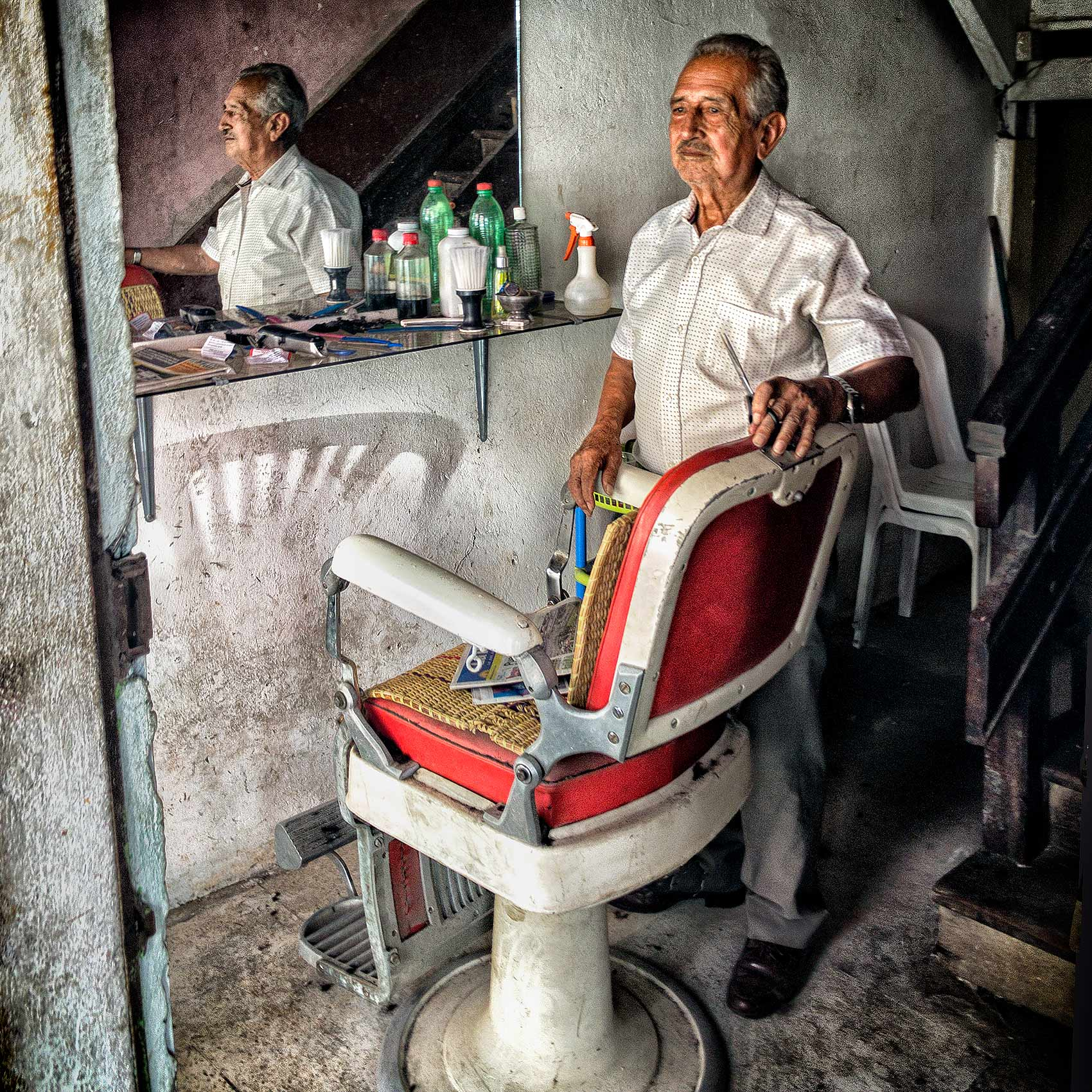 a-barber-in-esmeraldas-ecuador-by-canadian-travel-photographer-John-Hryniuk