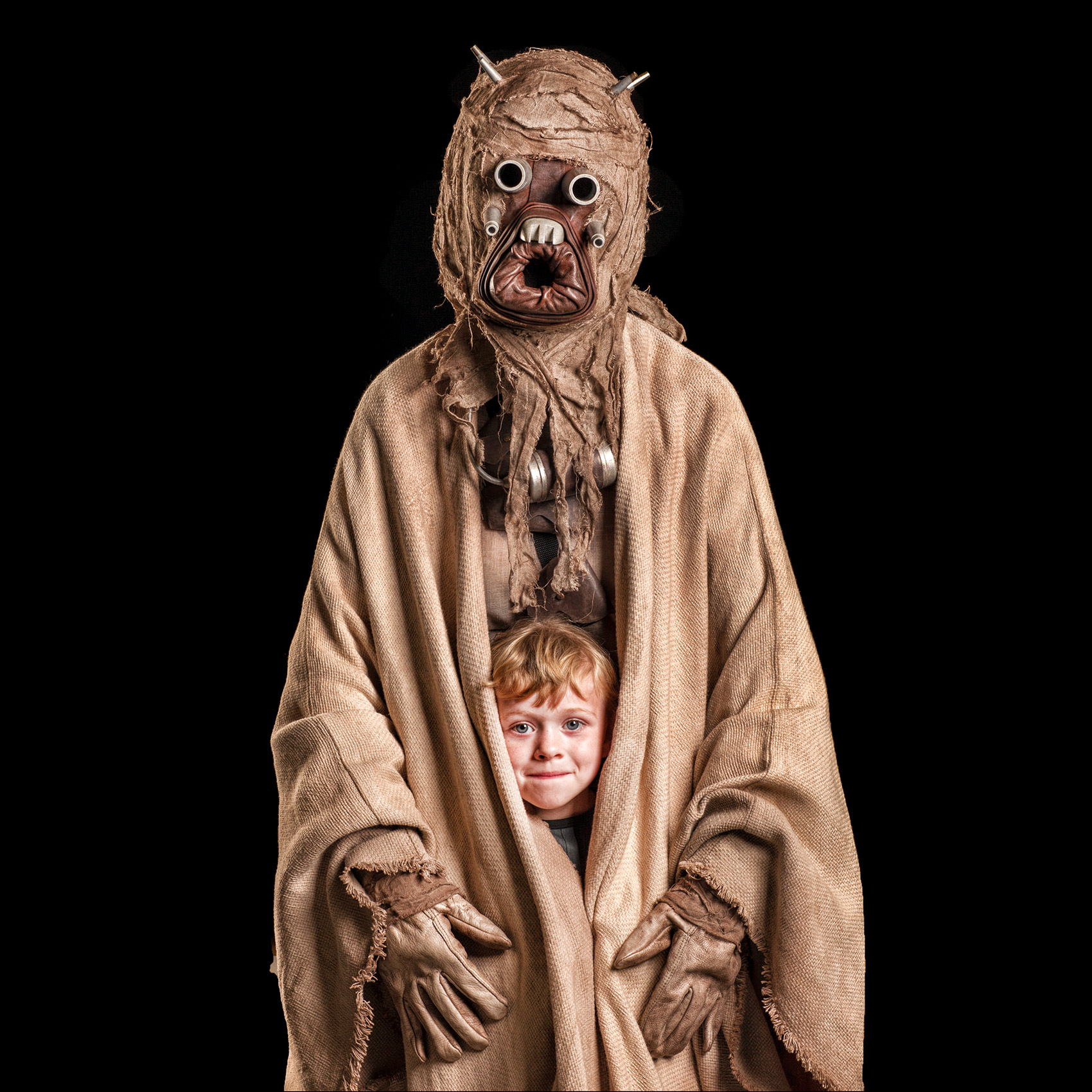 a-boy-and-dad-who-dressed-as-a-tusken-raider-pose-for-a-photo-at-toronto-comicon-high-res-web