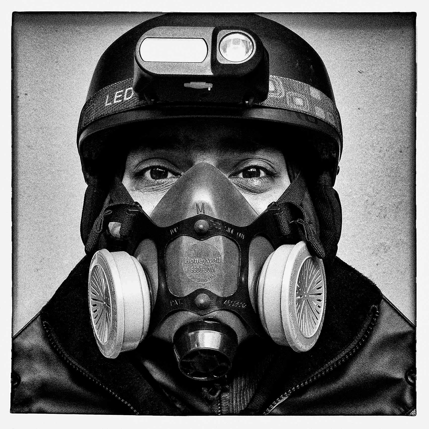 a delivery-man-wears-a-mask-during-the-pandemic-by-toronto-portrait-photographer