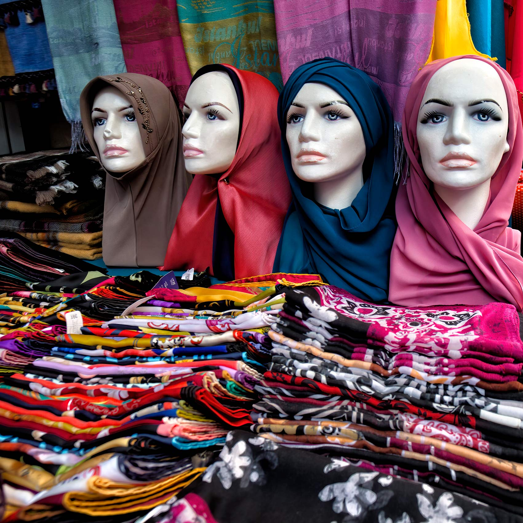 mannequins-wearing-hijabs-on-a-table-at-an-istanbul-street-market
