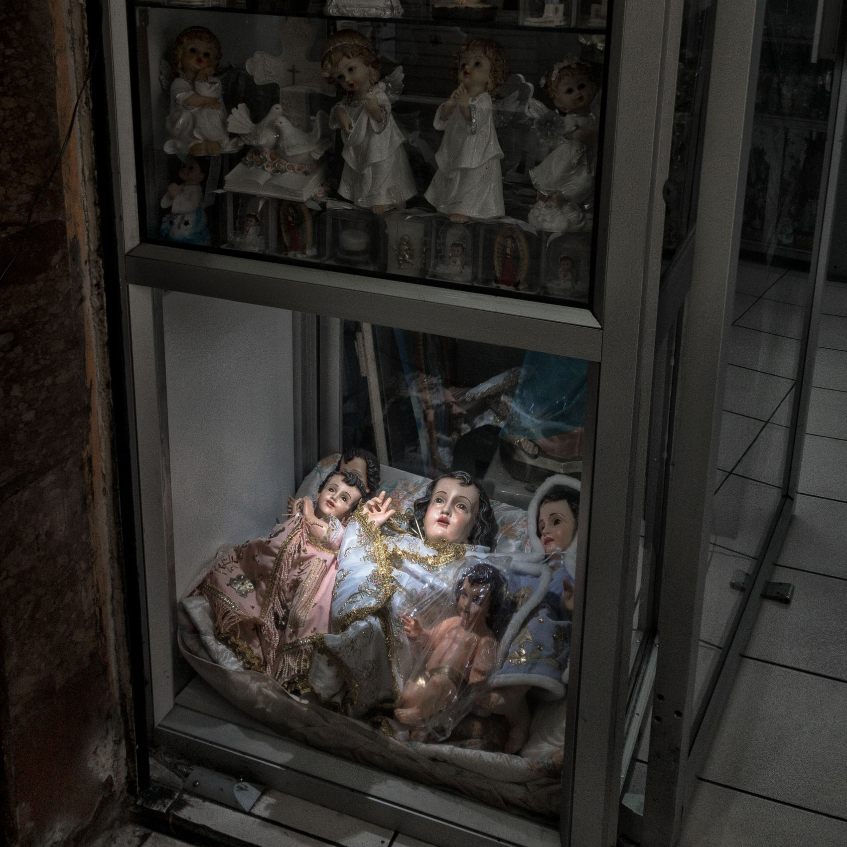 religious-figures-in-a-Quito-store-by-travel-photographer-John-Hryniuk